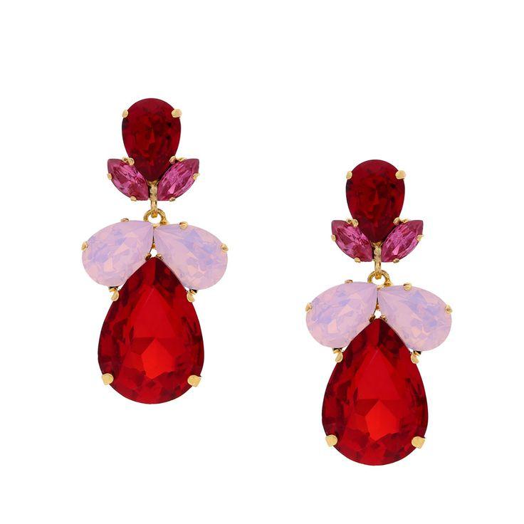 Tiefes Weinrot gepaart mit femininem Pink und Rosa in einer ausgewogenen Form: Das ist der Steckerohrring Santana. Die monochromen Töne harmonierein ideal miteinander und durch den großen Anteil von edlem Dunkelrot versprüht der Ohrring ein intensives Strahlen, was durch seine das Licht brechenden Swarovski-Steine noch verstärkt wird. Abgerundet durch seine Fassung aus 24-Karat vergoldetem Messing ist der Ohrring ein Schmuckstück, was vielen Outfits einen funkelnd femininen Eyecatcher…