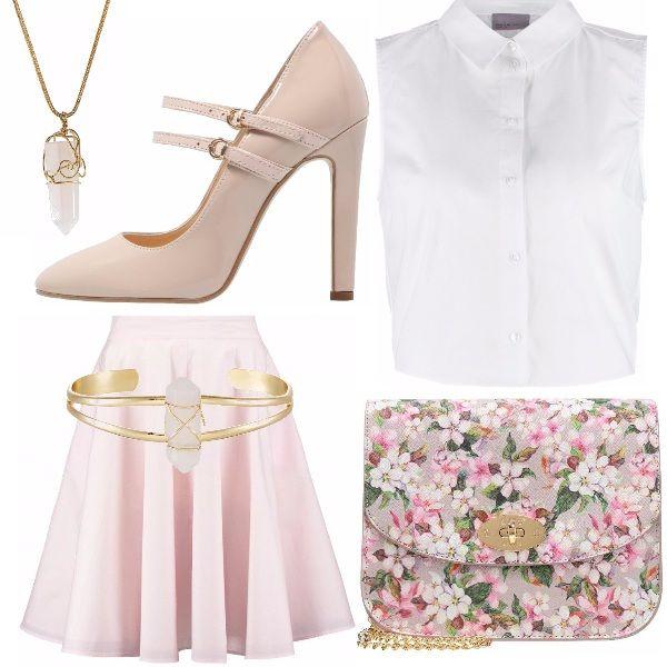 Outfit delicato, basato su colori chiari come bianco e rosa cipria. La camicetta smanicata si adatta perfettamente alla gonna rosa altezza ginocchia, le scarpe dello stesso colore con doppio cinturino, la borsa con motivo floreale, collana e bracciale coordinati.