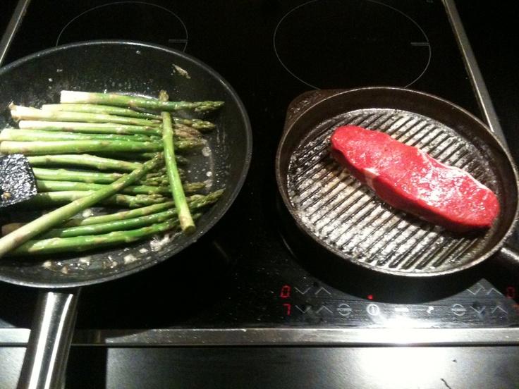 Sparris och bit kött.