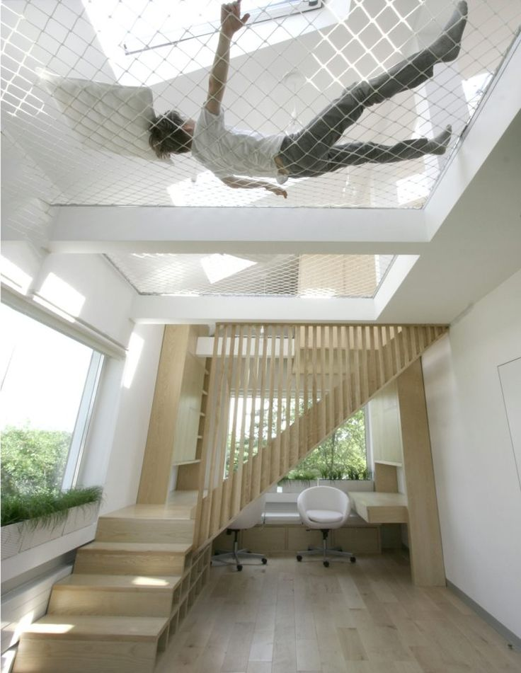 escalier compact et aménagement grande hauteur sous plafond avec filet-hamac