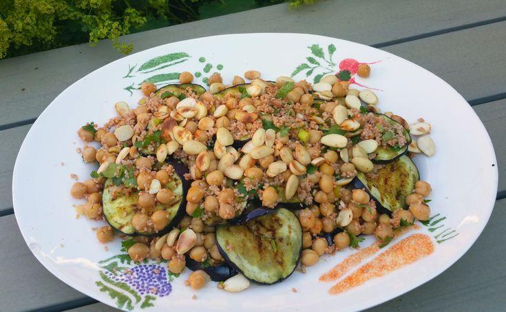 Een erg lekkere salade die eenvoudig en snel te bereiden is. Met kikkererwten, couscous, gegrilde aubergine, bosuitjes, koriander en geroosterde amandelen! Het recept stond in de laatste Lekker (w)…