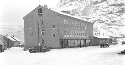 Nedre Årdal Samvirkelag nybygd i 1955. Foto: Verksposten, utlånt frå Årdal Sogelag.
