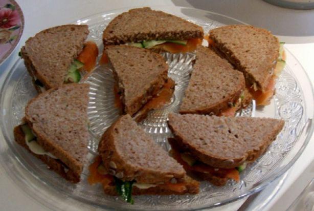 Mini sandwiches: eiersalade & zalm-komkommer