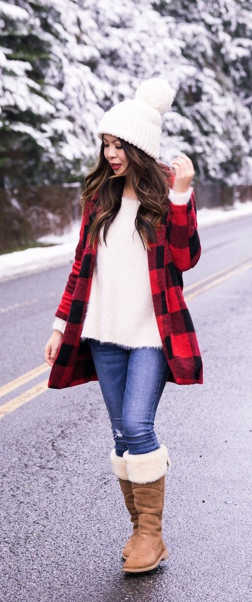 Snow outfits, winter fashion, buffalo plaid jacket, UGG boots, pom pom beanie, snow photos, Seattle fashion blogger