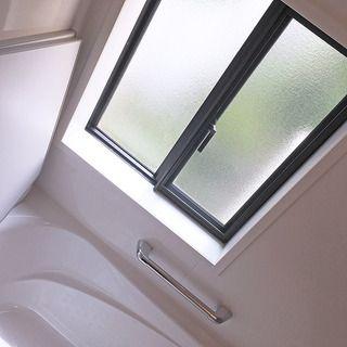 大きな窓から柔らかな光を取り込みます