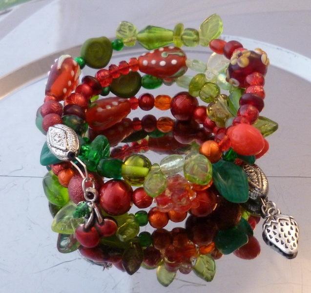 ☮ Spiralreif Strawberry Sorbet ☮  Zauberhaft romantisches Schmuckstück voller Magie und märchenhafter Anmut:   Lampworkerdbeeren, zierliche Glasperlch