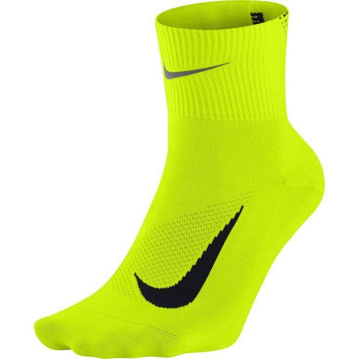 Nike Elite Lightweight 2.0 Quarter sokken  Description: De Nike Elite Lightweight 2.0 Quarter hardloopsokken zorgen ervoor dat je voeten koel droog en comfortabel blijven omdat ze zijn gemaakt van lichtgewicht Dri-FIT materiaal. De sokken hebben een anatomische linker- en rechter pasvorm en platte naden voor meer comfort. Door de hak met Y-steek blijven de sokken goed zitten en ga je niet glijden in je schoenen. Deze hardloopsokken van Nike hebben reflecterende details voor een betere…