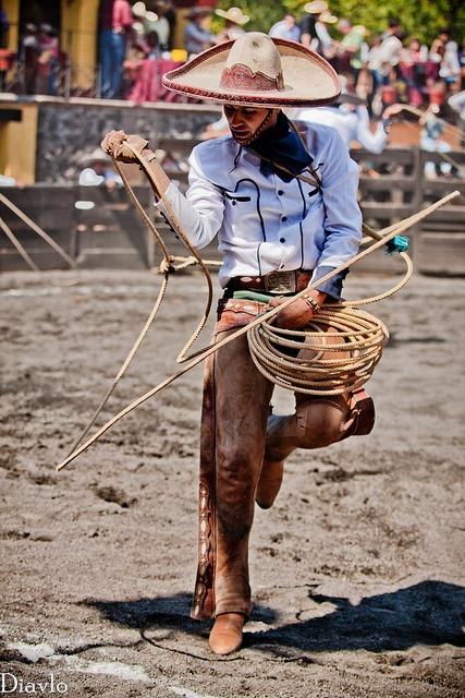 Charro weaves his magic with the lasso. Mexico. [ MexicanConnexionForTile.com ] #culture #Talavera #handmade