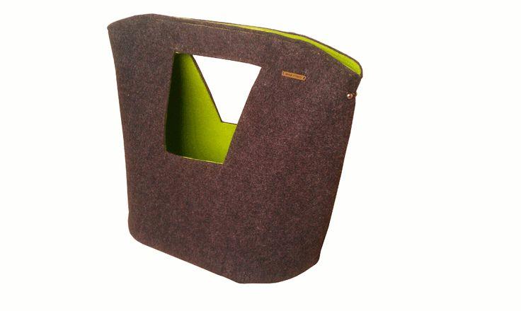 Pojemna torba z filcu w ciekawych kolorach - w środku wiosenny zielony, na zewnątrz modny grafit. Może być noszona na ramieniu - w komplecie odpinany pasek - lub w ręku - posiada wygodny uchwyt. Zapinana na dwa magnetyczne zapięcia schowane w środku torby na wysokości uchwytów. Dzięki dodatkowym karabińczykom łatwo można do niej dołączyć wewnętrzną torbę z tej samej serii (Wiosenna mała).