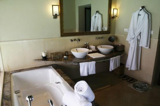 Best 25 bathroom staging ideas on pinterest bathroom for Staging a bathroom ideas