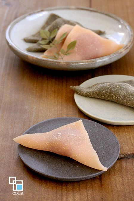 はちみつ生八ツ橋 [ 桜&抹茶 ]ボウルに白玉粉を入れ、ダマにならないよう水を少しずつ加えてよく混ぜる。 滑らかになったらはちみつと紅麹色素(液体)を加えてさらに混ぜ、上新粉を加えて滑らかになるまでよく練る。 ※紅麹色素:パウダーの場合は白玉粉と一緒に加えてください。 蒸気の上がった蒸し器に1を入れ、15分蒸す。 [A]を台の上にまぶし、2を乗せて麺棒で薄く伸ばす。 8cm角の正方形になるように切り分け、桜あんを乗せて三角にたたむ。 [ 抹茶 ]4個分> ・白玉粉 30g ・上新粉 28g ・抹茶パウダー 2g(小さじ1) ・はちみつ 40g ・水 50cc ・つぶあん 30g [A] ・きな粉 大さじ1 ・シナモン 小さじ1/4~ 作り方> ボウルに白玉粉を入れ、ダマにならないよう水を少しずつ加えてよく混ぜる。 滑らかになったらはちみつを加えてさらに混ぜ、合わせた上新粉と抹茶を加えて滑らかになるまでよく練る。 蒸気の上がった蒸し器に1を入れ、15分蒸す。 [A]を台の上にまぶし、2を乗せて麺棒で薄く伸ばす。 8cm角の正方形になるように切り分け、つぶあんを乗せて三角にたたむ。