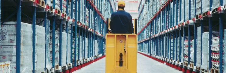 Imagem de http://www.dhl.com/content/dam/Local_Images/g0/logistics/marketing_stage/warehouse_aisle_720x233.jpg.