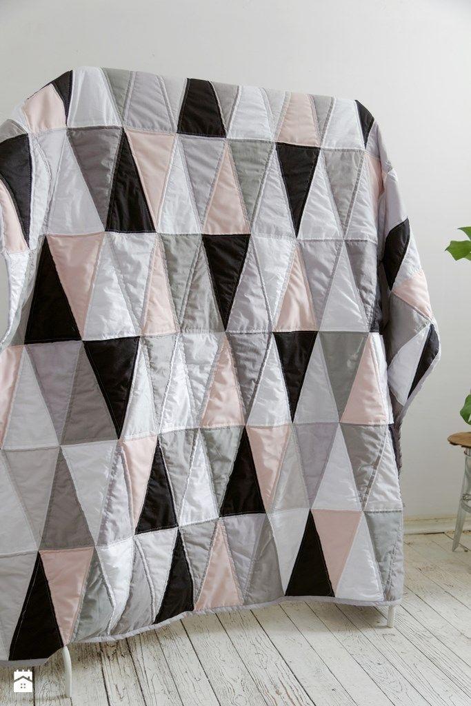 5619_49ff9773-557d-4b73-af35-628d41458fd7_max_900_1200_narzuta-patchwork-linia-geometryczna-trojkaty-z-pudrowym-rozem-sypialnia-styl-skandynawski.jpg (683×1024)