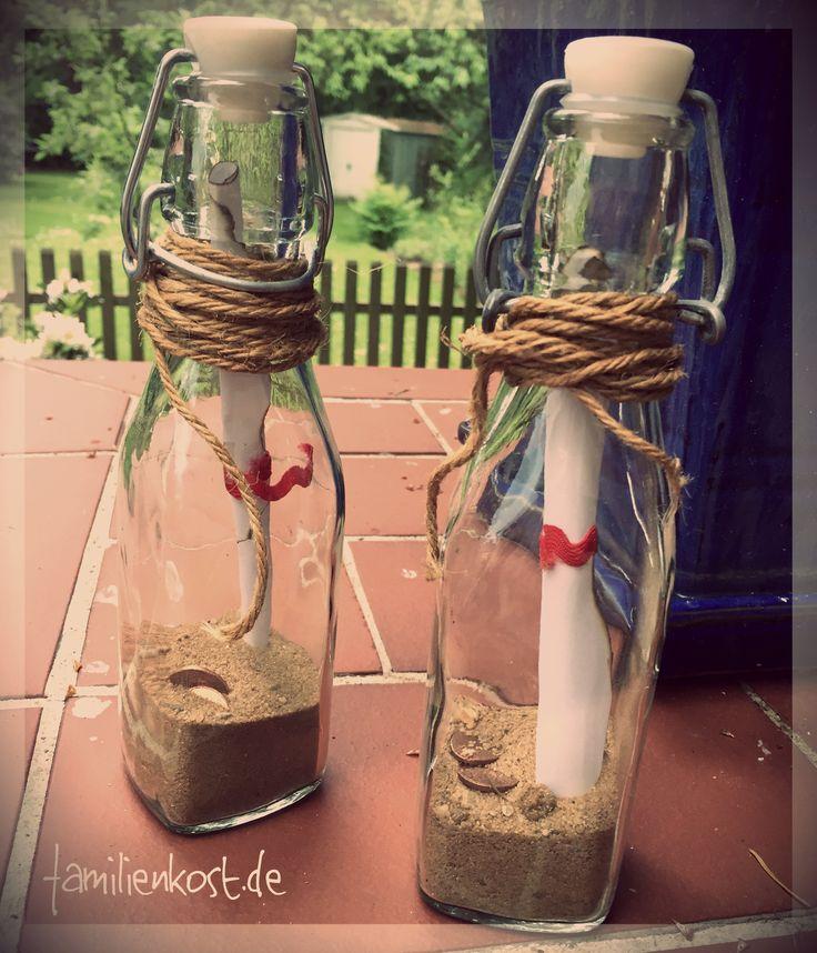 Ihr wollt eine Einladung zur Piratenparty selber basteln? Wir zeigen euch, wie wir eine Bügelverschlussflasche in eine tolle Flaschenpost zum Kindergeburtstag verwandelt haben. Hier geht es zur Bastelanleitung für kleine Piraten: http://www.familienkost.de/einladung_piratenparty_basteln.php