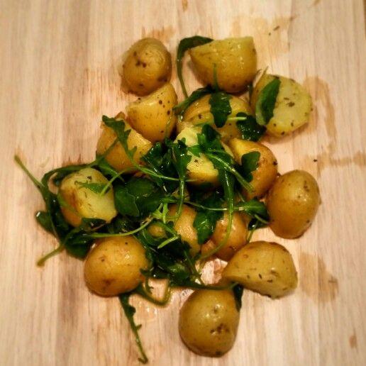 Patatas asadas con rucula, romero y oregano