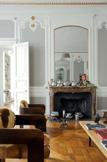 Majestueuse cheminée en marbre surplombée du grand miroir - Plus de photos de cet appartement sur Côté Maison. http://petitlien.fr/728i
