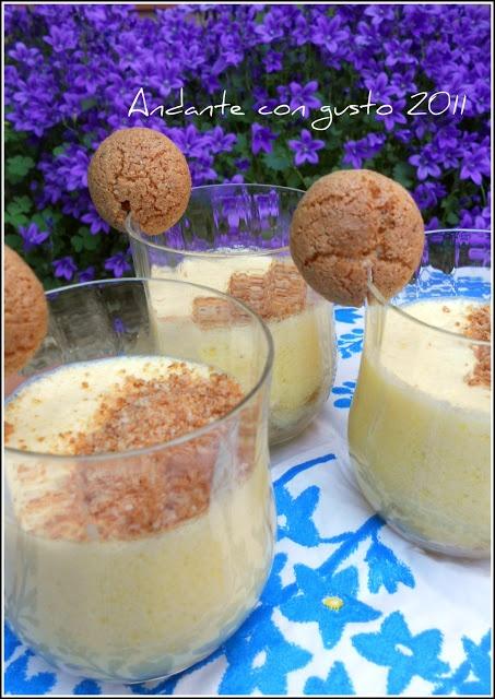 Mousse di cioccolato bianco e amaretti - INGREDIENTI PER 3 PERSONE:  100 gr. di cioccolata bianca 70 gr. di zucchero 2 chiare d'uovo  1 tuorlo e mezzo un pizzico di sale