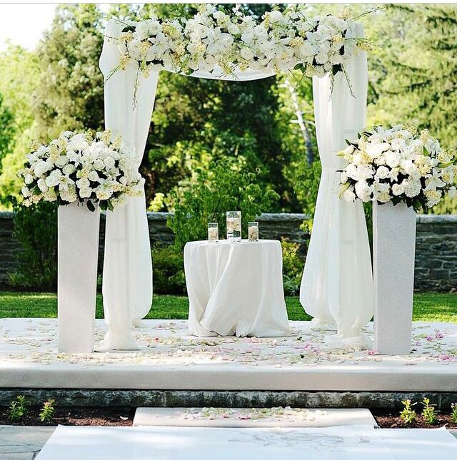 Simple but elegant outdoor ceremony setup