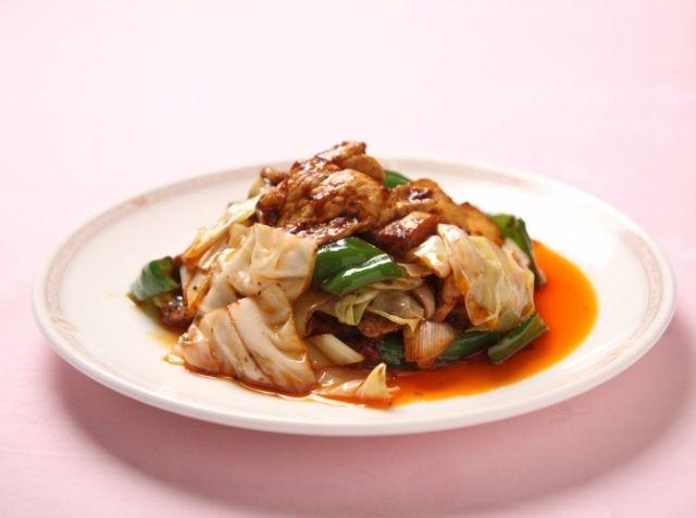 回鍋肉 (ホイコーロー) - 鈴木 広明シェフのレシピ。(準備)フライパンで炒め始めてからだと慌ててしまいますので、調味料はあらかじめ混ぜて準備しておきましょう。 (調理)炒めた野菜から必ず水分が出ますので、最後に水溶き片栗粉を入れて、全体を絡めるように炒め仕上げましょう。