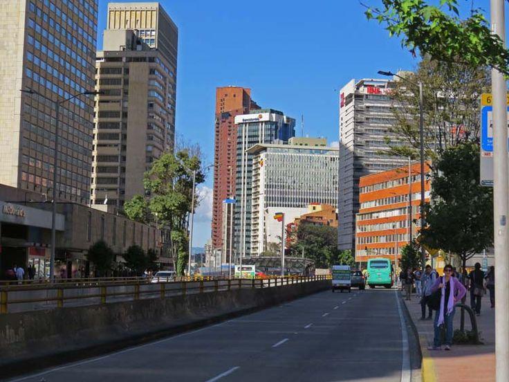 12. Carrera Séptima con Calle 26 con el Hotel Ibis Bogotá Museo al fondo.