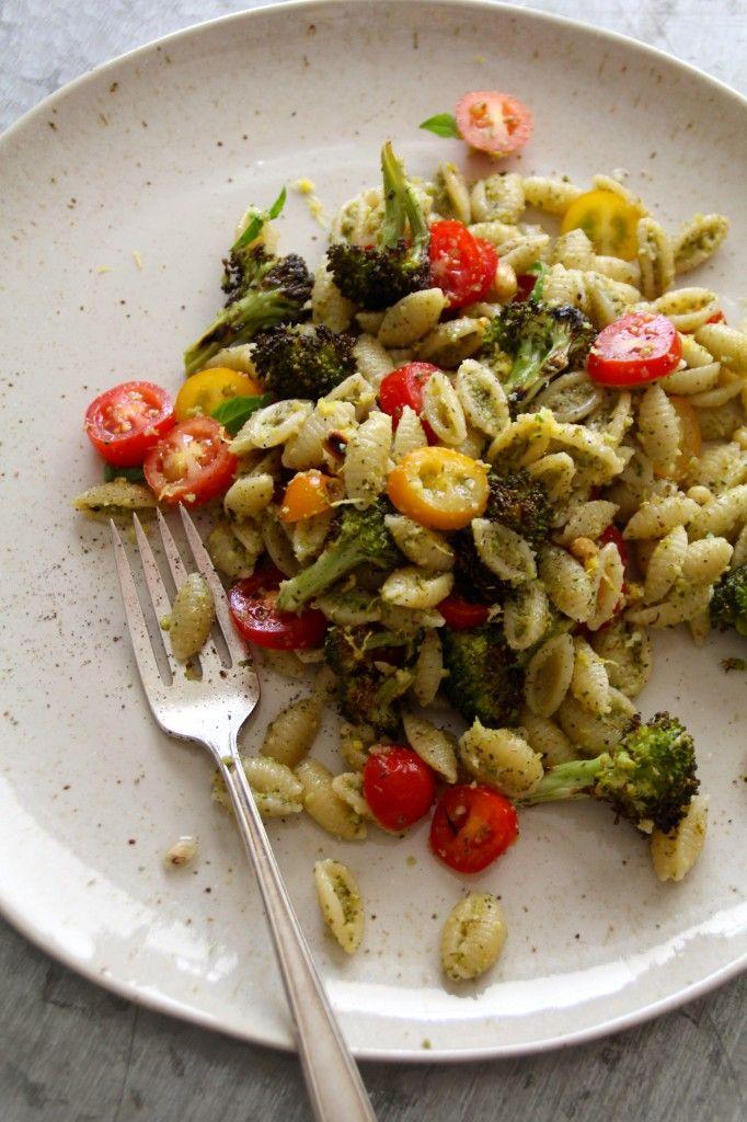 Pasta med brokkolipesto og tomater - en enkel lunsj eller middag. For denne og andre gode middagsretter besøk bloggen Mat på Bordet.