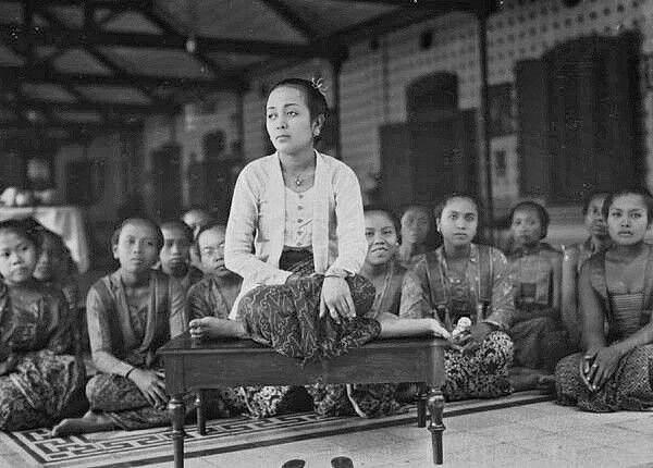 Prinses met haar gevolg in een van de ruimtes voor vrouwen in de kraton te Jogjakarta.  1928-1929