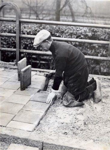 Stratenmaker bezig met de stoep , Eindhoven 1932
