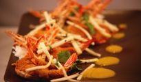 """Grosses gambas en croûte de curry, croquante de choux rave au sésame et coulis de mangue à l'huile d'olive (Menu """"Un Noël de Top Chef"""")"""