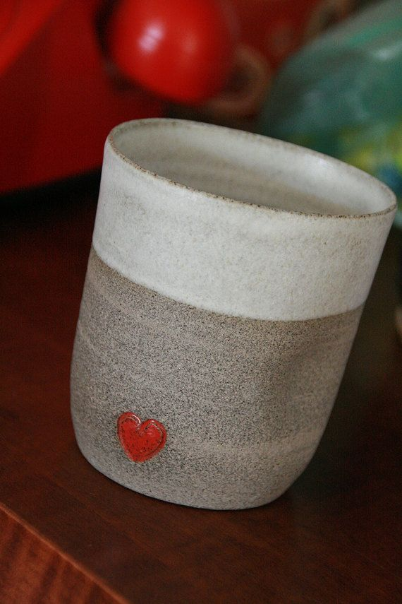 Taza de café de arcilla hecha - cerámica a mano taza de café con corazón rojo - café de gres no mug - taza de café curvo - manija taza de café