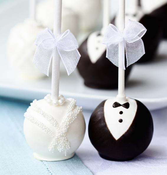What a sweet idea for a wedding favour  Bride and Groom cake pops