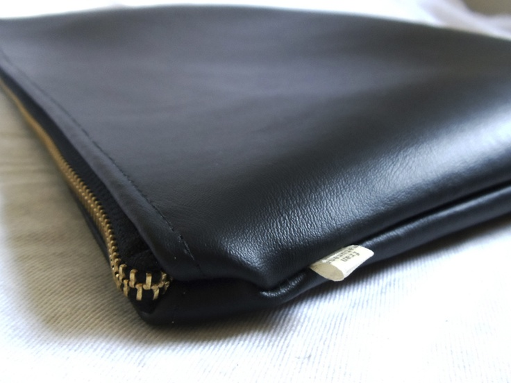 Clutch eco-cuero grueso negro, cierre metálico  Dimensiones: Ancho 31cms X 21cms.  22.990 pesos CL  46.00 USD