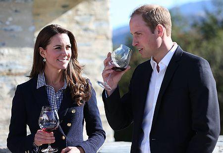 13日、外遊先のニュージーランド・クイーンズタウンの農園で、ワインを楽しむウィリアム英王子(右)とキャサリン妃(AFP=時事) ▼13Apr2014時事通信|英王子夫妻、第2子は間近?=次の出産祝い「すぐ」必要か-NZ http://www.jiji.com/jc/zc?k=201404/2014041300100