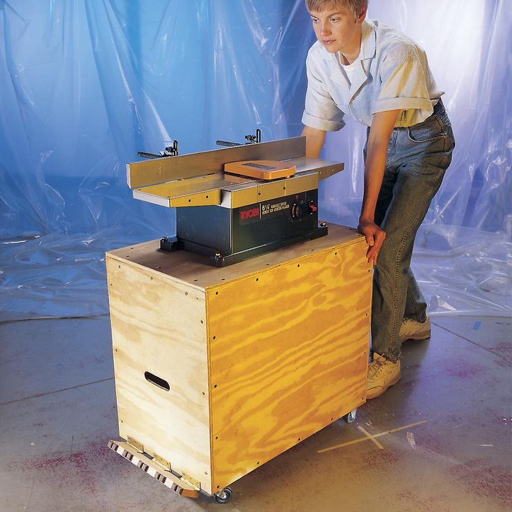 With a few special tools and good sandpaper you can smooth wood easily and quickly with first-class results. Often even better than with a power sander. We