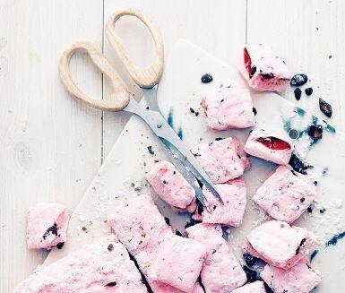 Smaksatta julmarshmallows ger både glädje och du blir klar på ett kick. Smält marshmallows och blanda med geléhallon och lakritskross och får på så vis en härlig godissmet. Smeta ut i formen, in i kylen och förbered dig på julgodis som förenar julen med barnens lördagsgodis.