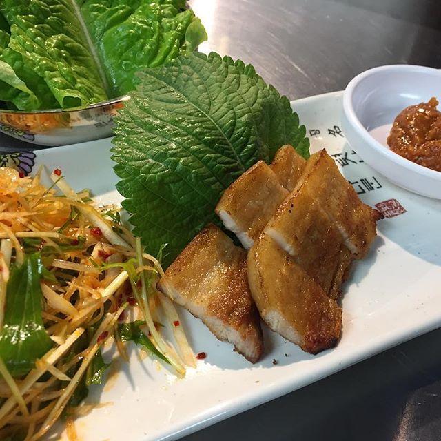 韓国料理といえばサムギョプサルを思い浮かべる人も多いのでは? 当店はタッカンマリ専門店ですがサムギョプサルも食べたいとの声を頂く事があります。 そのご希望に応える為のメニューがございます! その名も『一口サムギョプサル』! タッカンマリ食べながらサムギョプサルも食べられるなんて幸せですね。 正にとり(鷄)とん(豚)!🐔🐷 ご来店の際は贅沢にいきましょう!  今日も、『とりとん流』の暑苦しい鍋奉行で最高のタッカンマリをお客様に提供します! いつの日か日本の【鍋】ジャンルにタッカンマリを根付かせます!! スタッフ一同心よりお待ちしています。 『雑炊喰わざるもの鍋喰うべからず。』 #とりとん#タッカンマリ#横浜#韓国#水炊き#野毛#もつしげ#パッピンス#専門店#まん天#ホルモンセンター#塩煮込み#マッコリ#匠家#女子会#鍋#個室#熟成肉#サムギョプサル#肉#食べ放題#ペラペラ焼き#韓国料理#美容#ハイボール#天龍#あぶり屋#焼肉#instagood#雑炊喰わざるもの鍋喰うべからず