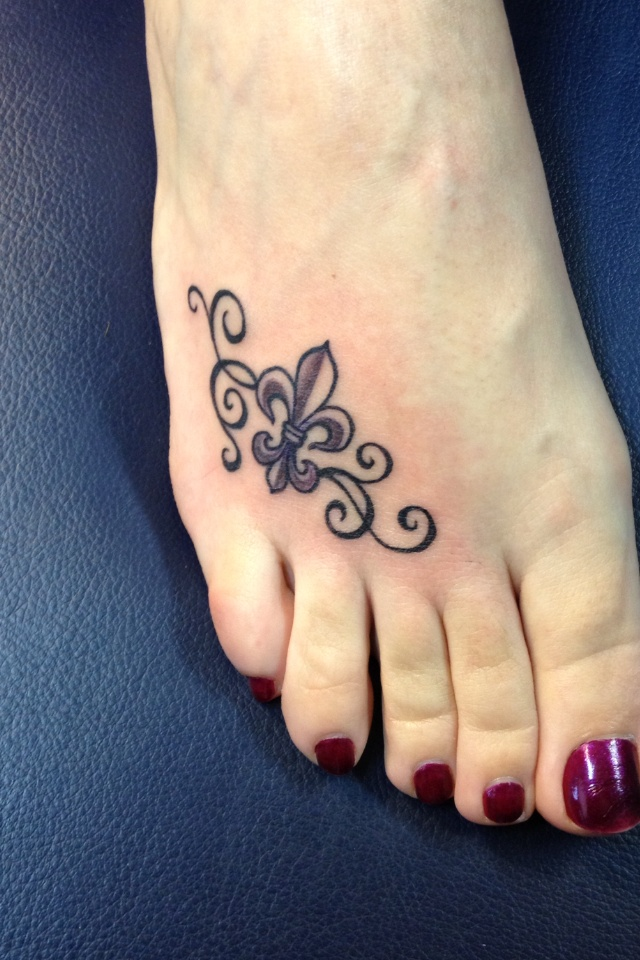 fleur de lis tattoo i like the idea of it on your foot tattoos pinterest scroll. Black Bedroom Furniture Sets. Home Design Ideas