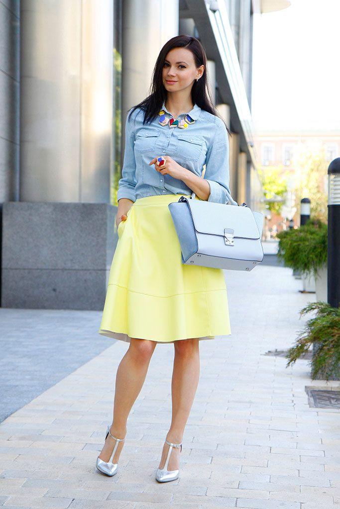 Denim, falda negra, blusa balnca  y tacos altos. Si deseas crear mucha sensualidad. #Moda #Outifts