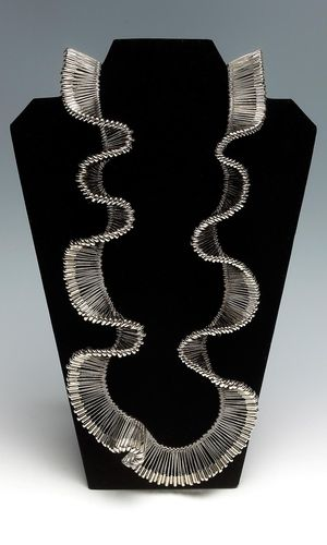 Beth Blankenship - Safety in Numbers Safety pins as beads... - ce qui me gène c'est que Marie-Lise GOËLO a fait ça dans les années 88 ...........