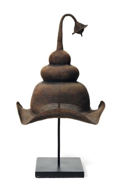 Chapeau de cérémonie. Monté sur socle. Sumbawa, Indonésie. H_50 cm