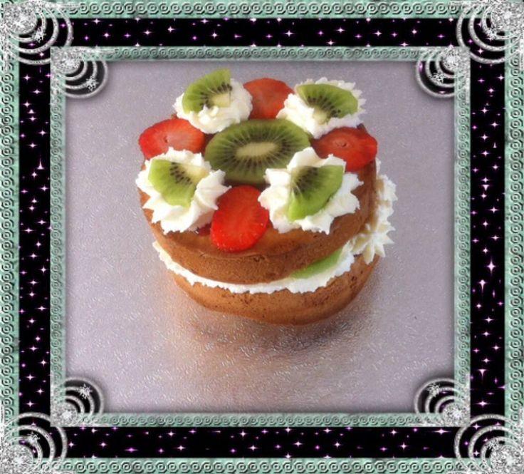 Slagroomtaartje 12 cm 4-6 personen. Gevuld met bosvruchtenjam, slagroom aardbei en kiwi, op de bovenste laag bosvruchtenjam, aardbei en toeven slagroom met kiwi.