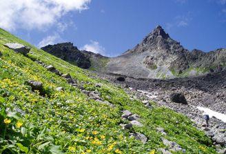 槍ヶ岳 「それは悲しいまでにひとり天をさしている」と「日本百名山」の著者は書いた。槍ヶ岳は尖鋭な鉾であり、マッターホルンであるといい、登山を始めた者は誰でもが槍ヶ岳の頂上に立ちたいと願うと言い切る。春は山スキー、夏は高山植物、秋は紅葉と季節ごとの楽しみが満載の山で、中房温泉方面から登る表銀座ルートと大町方面から入る裏銀座ルートの縦走路のほか、新穂高温泉や上高地からのルートもある。