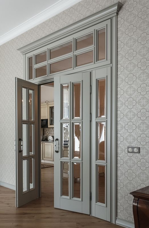 распашная двустворчатая дверь с фрамугой