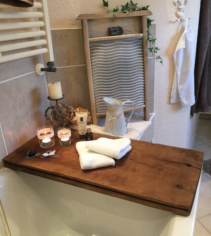 Hier habe ich eine Badewannen Ablage ..  Das Eichenbohlen Brett ist Ca 100 Jahre alt und dient nun als Ablage  für dies und das was Frau so zum Baden braucht ...  Und natürlich auch zur Dekoration ...