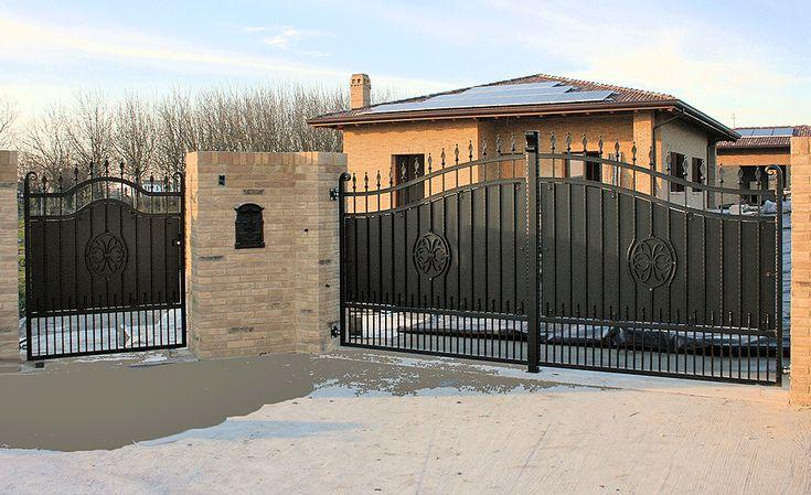 Cancello carrabile e pedonale in ferro battuto e lamiera zincato a caldo e verniciato.