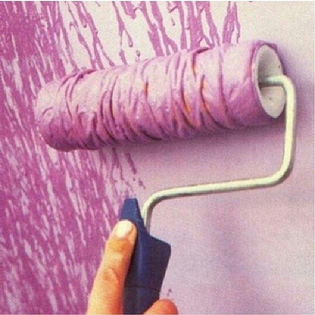 Um die Rolle eine Schnur binden, in die Farbe tauchen und wie gewohnt streichen.  Dabei entsteht ein echt cooler Effekt :)