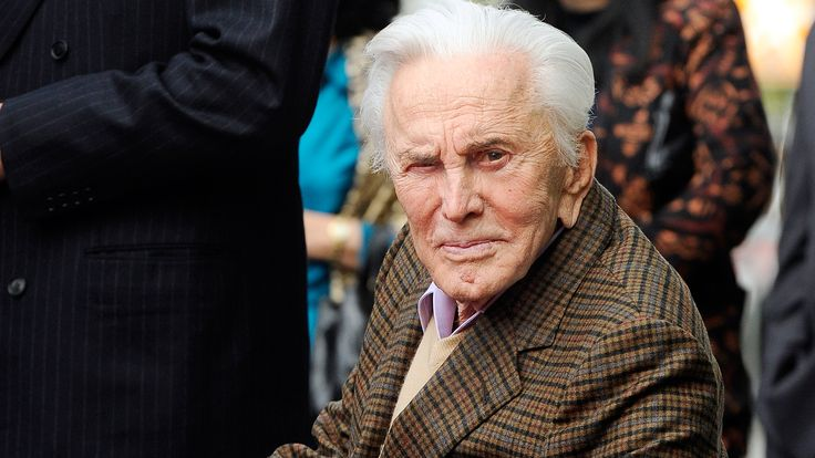 """В пятницу, 9 декабря, легендарный американский киноактер Кирк Дуглас, один из последних ныне живущих звезд так называемой """"Золотой эры Голливуда"""", отмечает свое 100-летие."""