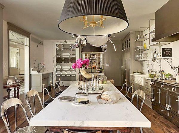 Кухни знаменитостей, 6 интерьеров: В старом доме в Хемптонсе у Пэлтроу была большая просторная кухня с темно-серыми деревянными фасадами и широким островным разделочным столом