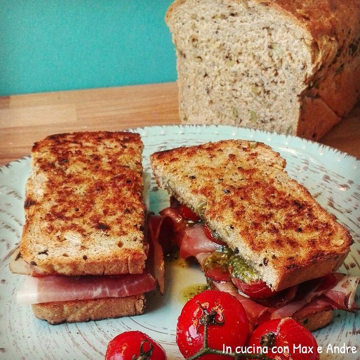 Club sandwich allo speck, pomodorini confit e pesto - Sciogliete il lievito nell'acqua, aggiungete lo zuchero, Olio, il burro fuso, l'uovo e...