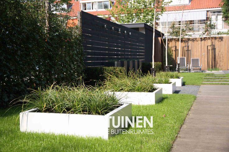 Lage witte plantenbakken, modern white planters www.stijltuinen.nl