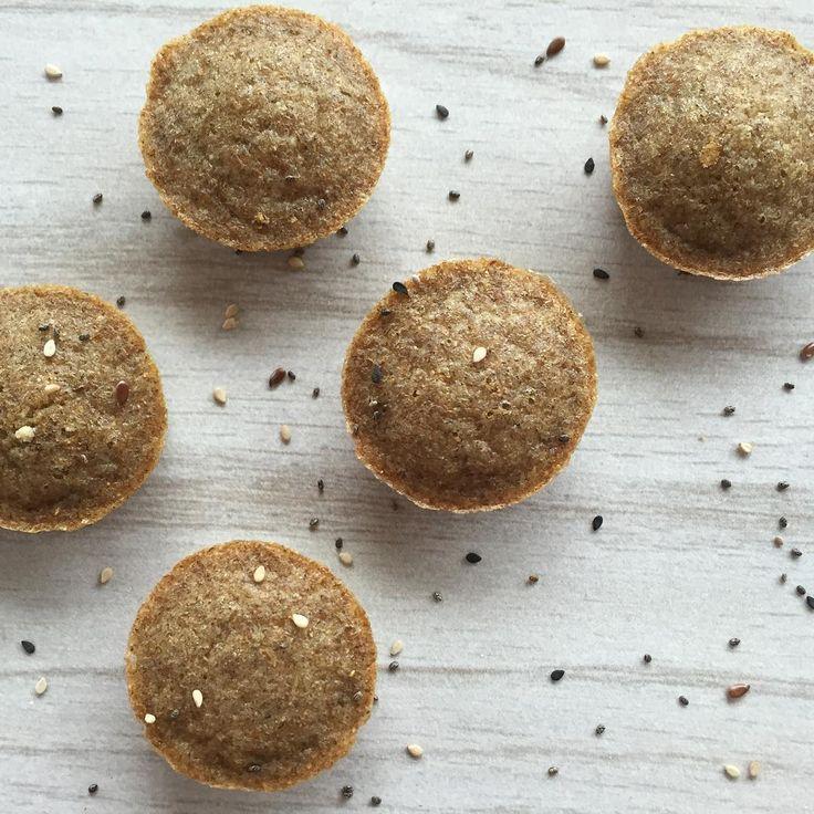 PANCITOS DE CENTENO Necesitas: (Rinde 1 porción: todos los de la foto) Pueden hacerse en forma de pancakes también: Ideal si les aburrió un poco el salvado de avena (cosa que a mi no me pasa ❤️ ). 3 claras o 1 huevo y 1 clara. 2 cucharadas soperas de harina de centeno ( la compran en dietéticas). Opcional: 2 cucharadas tamaño té de chia o semillas surtidas (previamente remojadas en un chorrito de agua o leche descremada/vegetal; el liquido se incluye en la mezcla). Una pizca de ...